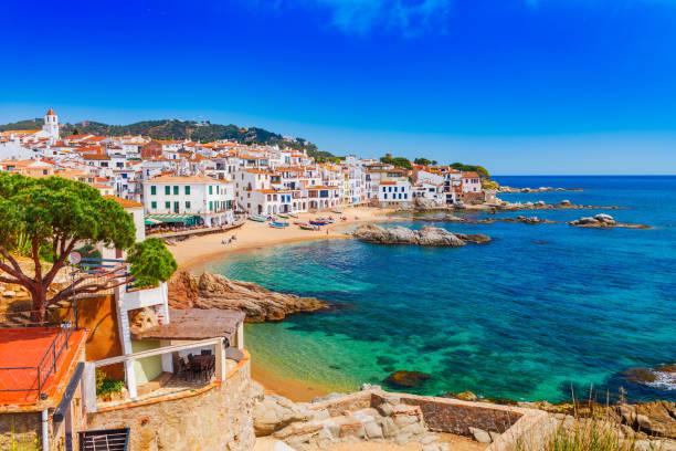 paisaje de mar y calella de palafrugell, cataluña, españa cerca de barcelona. pueblo de pescadores escénica con la bonita playa de arena y aguas cristalinas en bahía agradable. famoso destino turístico en la costa brava - españa fotografías e imágenes de stock