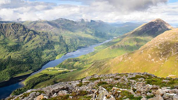 see loch zwischen den bergen - see loch leven stock-fotos und bilder