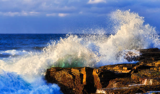 meer narrab wave rock - roll tide stock-fotos und bilder
