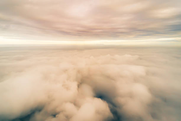 meer der wolken über der stratosphäre - flugzeugperspektive stock-fotos und bilder