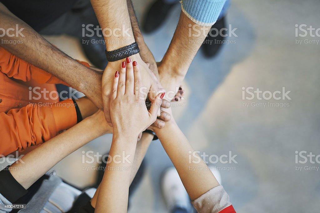 Viele gehobene Hände zeigen Einheit und Teamarbeit - Lizenzfrei Gemeinschaft Stock-Foto