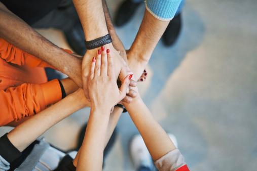 Viele Gehobene Hände Zeigen Einheit Und Teamarbeit Stockfoto und mehr Bilder von Abmachung