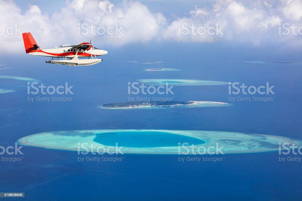 Aeroplano volando sopra il mare isole delle Maldive - foto stock