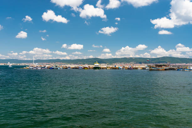 porto marítimo nas margens do mar negro em nessebar na bulgária em um belo dia quente. - património mundial da unesco - fotografias e filmes do acervo