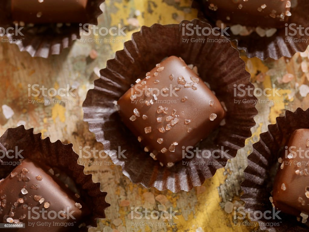 Sal marinho, caramelo e chocolate - foto de acervo