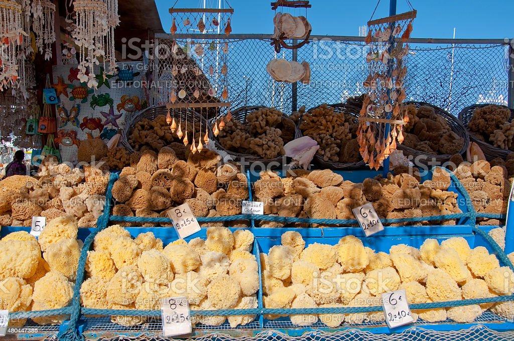 Mar esponjas grega para venda em uma loja de souvenir. - foto de acervo