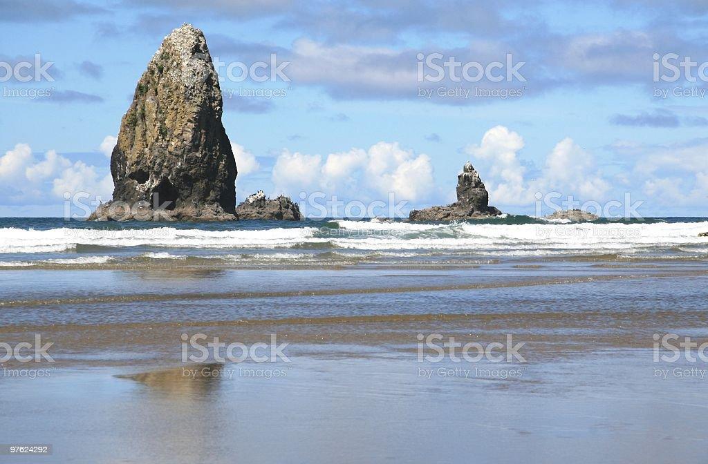 Les rochers marins, Cannon Beach, dans l'Oregon, du Nord-Ouest Pacifique, États-Unis photo libre de droits