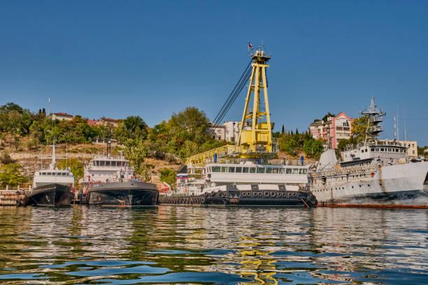 sea tanker vtn-73 self-propelled floating crane spk-54150 demagnetizing vessel sr-137 at pier of south bay of sevastopol black sea fleet of russia - degauss stock pictures, royalty-free photos & images
