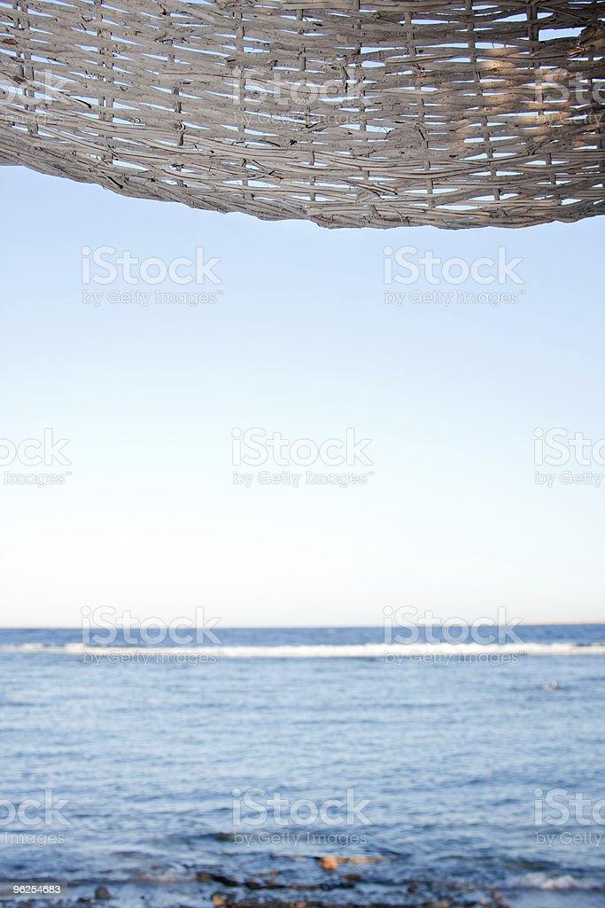 Mar sob guarda-chuva - Foto de stock de Azul royalty-free