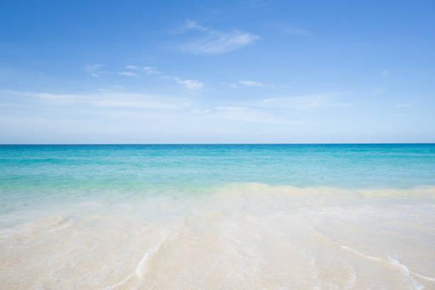 meerblick vom tropischen strand mit sonnigen himmel. sommer paradies strand der insel phuket. tropische küste. tropischen meer in puhket.exotic sommerstrand mit wolken am horizont. ocean beach entspannen, outdoor-reisen - kalifornien ostsee stock-fotos und bilder