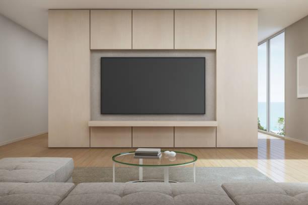 meer blick wohnzimmer mit fernseher in modernem luxus strandhaus, ferienhaus für große familie - große leinwand stock-fotos und bilder