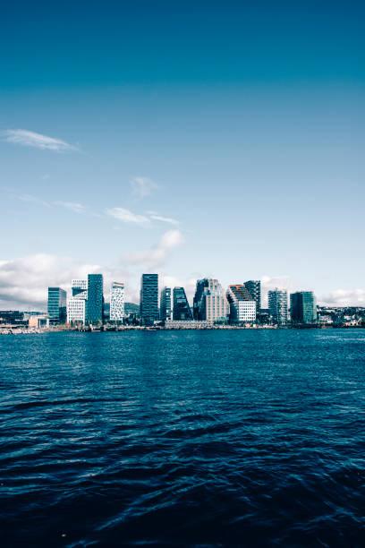 uitzicht op zee van oslo, noorwegen - oslo city hall stockfoto's en -beelden