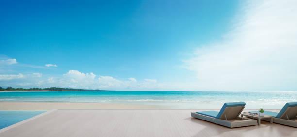 meer blick swimmingpool neben terrasse und betten in modernen luxus-strandhaus mit blauen himmelshintergrund, sonnenliegen am holzdeck am ferienhaus oder hotel - ferienhaus thailand stock-fotos und bilder