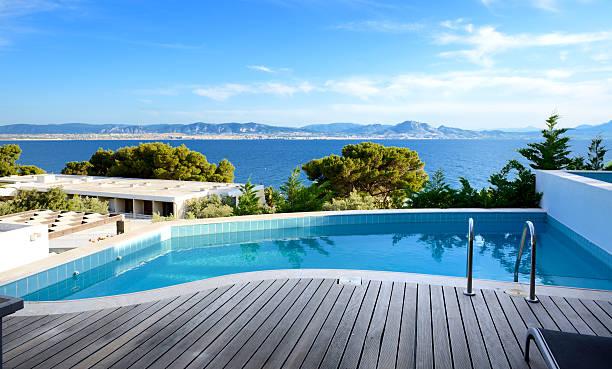 Swimmingpool mit Meerblick in dem Luxushotel, Peloponnes, Griechenland – Foto