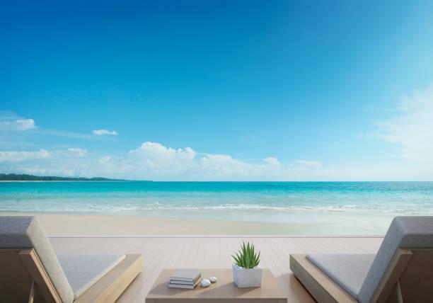 terrasse mit meerblick und betten in modernen luxus-strandhaus mit blauen himmelshintergrund, sonnenliegen am holzdeck am ferienhaus oder hotel - ferienhaus thailand stock-fotos und bilder