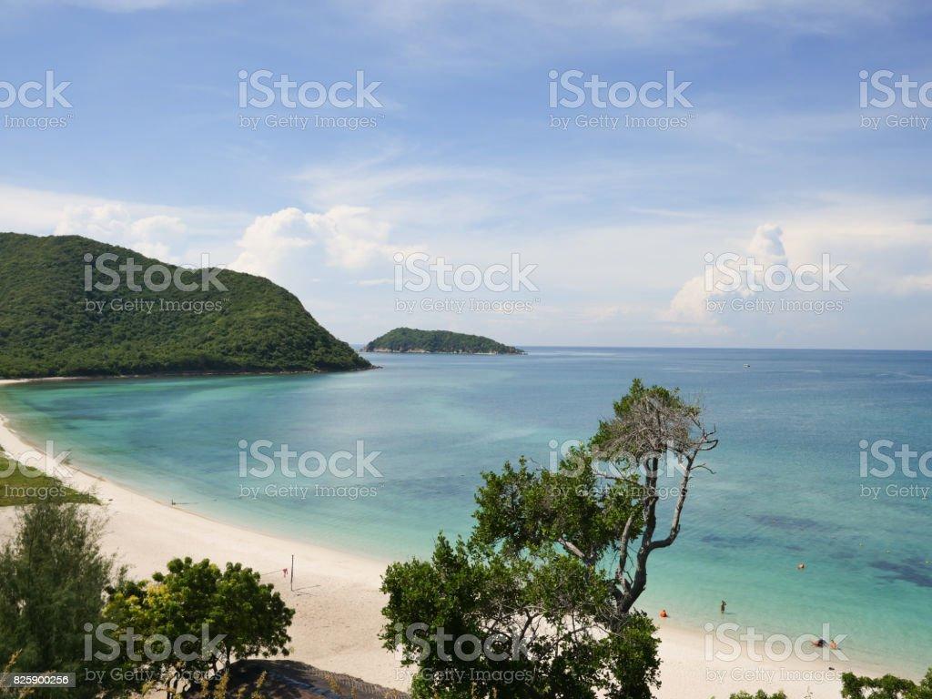 Vistas al mar y montañas en un buen día, la playa - foto de stock