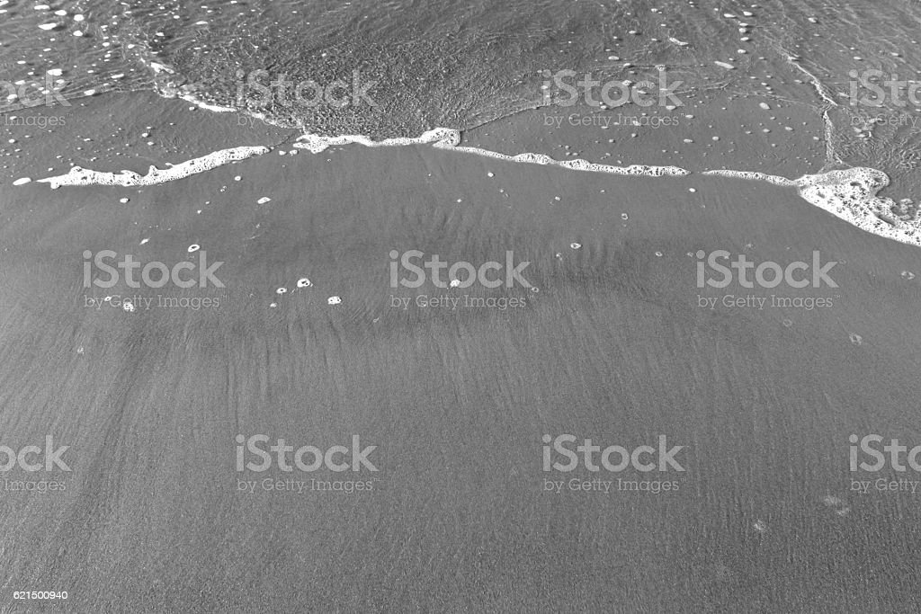 Sea wave and sandy shore in black and white foto stock royalty-free
