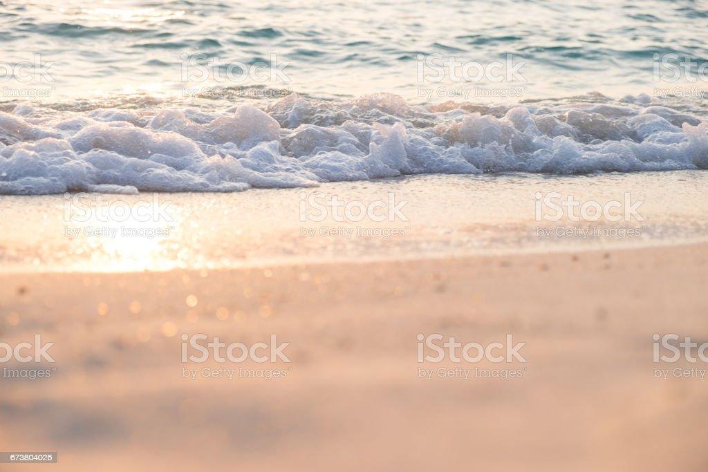 Sea wave on sand beach. Sunset sunrise ray. photo libre de droits