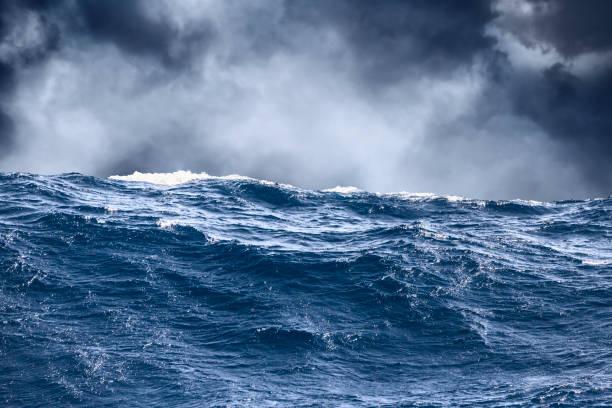 meer welle oberfläche nahaufnahme mit wolken im hintergrund - roll tide stock-fotos und bilder