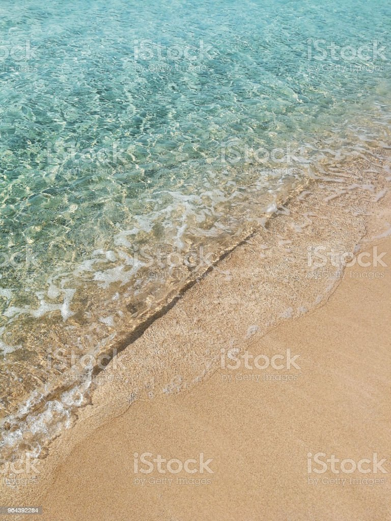 Onda do mar, com sol higlights especulares na água na praia - Foto de stock de Amarelo royalty-free