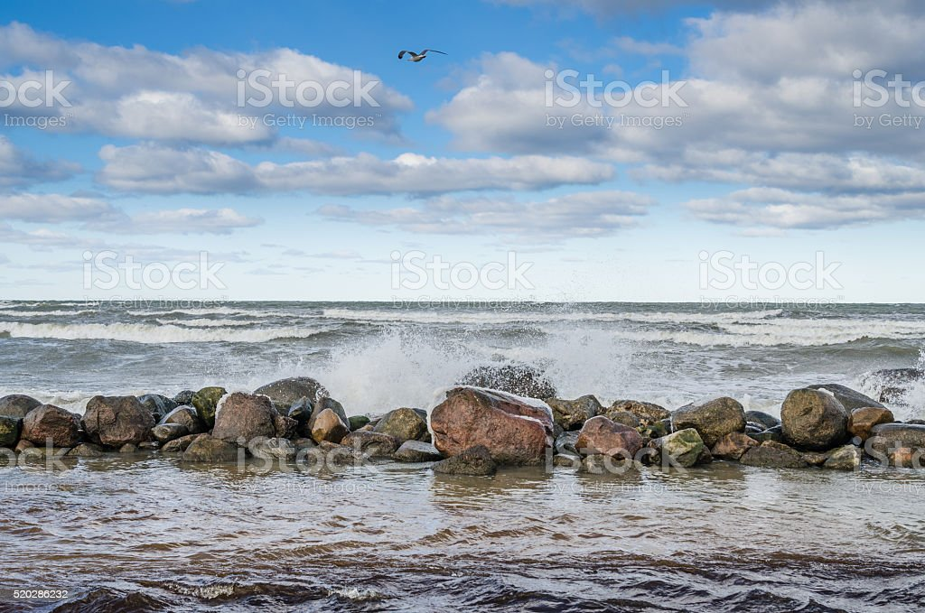Wellen brechen auf den Felsen, Blick aufs Meer – Foto