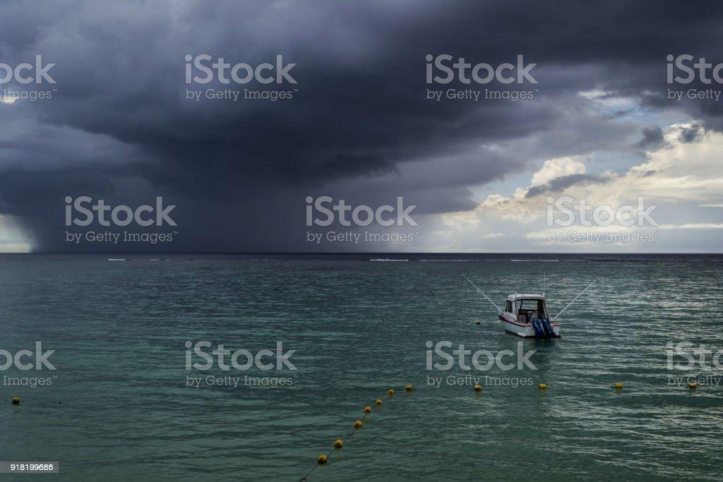 mer avec ancrage de bateau et de sombres nuages de la tempête - Photo