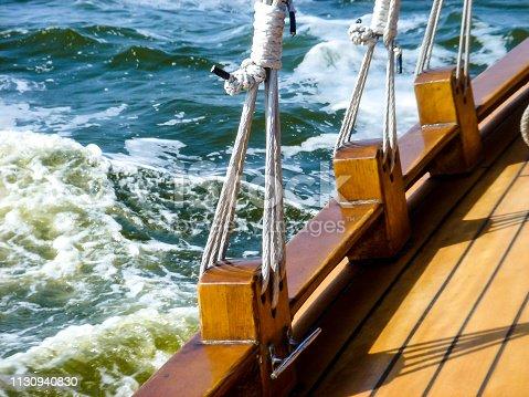 Ein historisches Zeesenboot liegt am Wind im Wasser.
