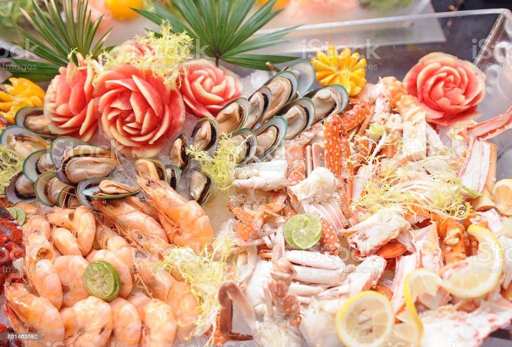 Línea de buffet de mariscos en el restaurante del hotel - foto de stock