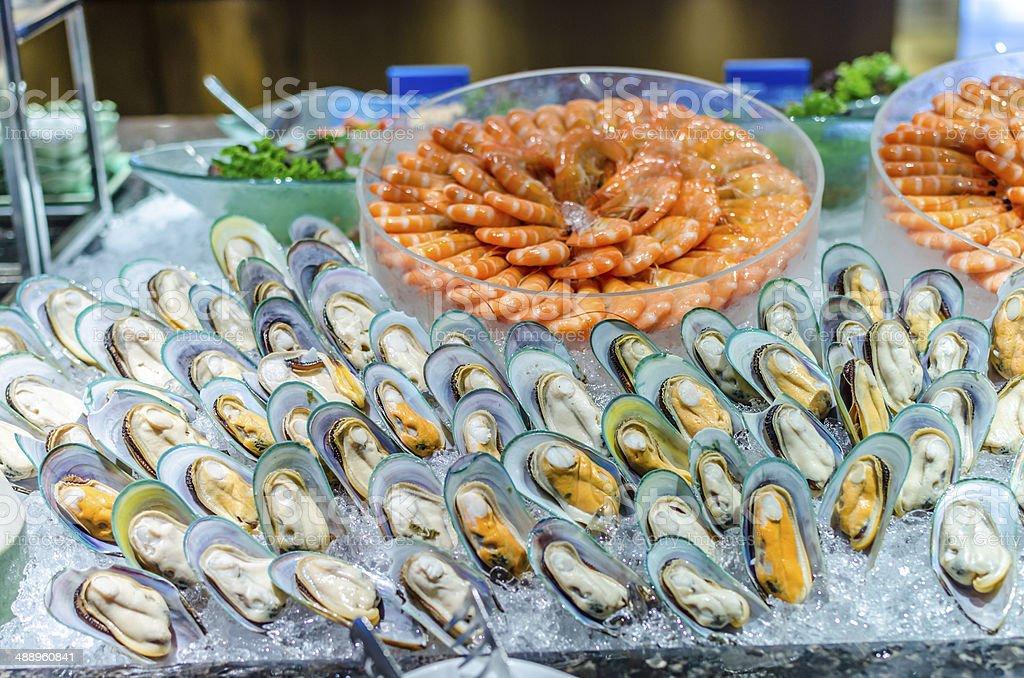 Los pescados y mariscos tipo bufé (camarones y Nueva Zelanda verde mejillón) - foto de stock