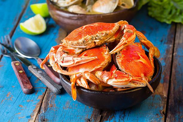 seafood. crabs in clay bowl and clams soup - blauwe zwemkrab stockfoto's en -beelden