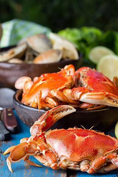 meeresfrüchte. krabben in schüssel auf einem hölzernen hintergrund clay - weihnachten de stock-fotos und bilder