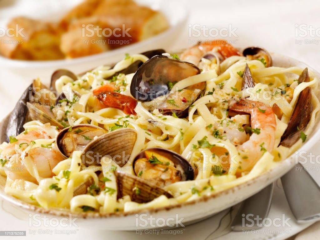 Linguini de pescados y mariscos - foto de stock