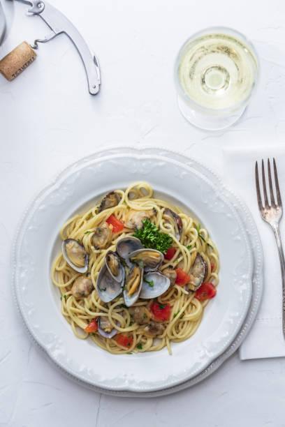 seafood pasta med musslor spaghetti alle vongole på vit bakgrund - pasta vongole bildbanksfoton och bilder