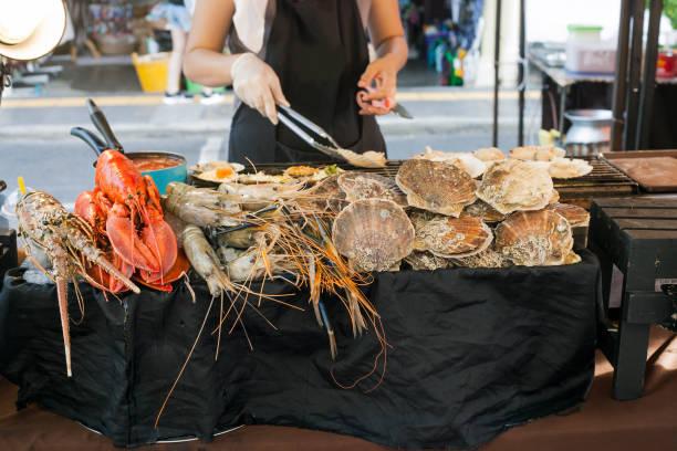 zeevruchten verkopen op straatmarkt in phuket, thailand - krab gerecht stockfoto's en -beelden