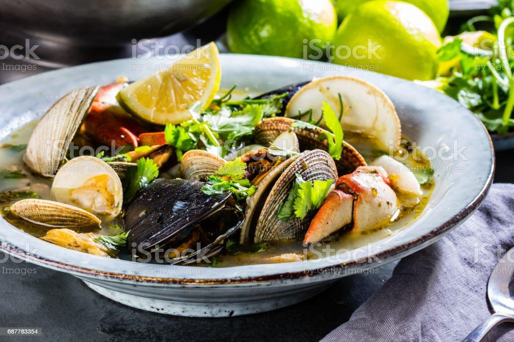 Meeresfrüchtesuppe mit Krabben, Muscheln und Muscheln – Foto