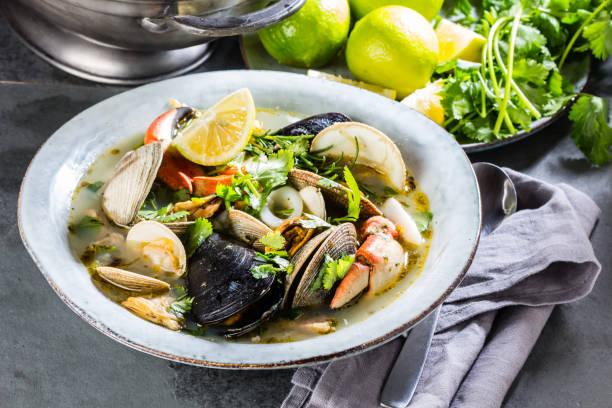 seafood soup with crabs, clams and mussels - mięczak zdjęcia i obrazy z banku zdjęć