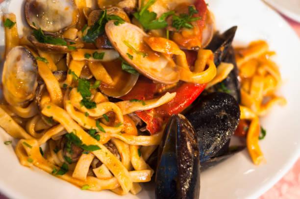 """skaldjur med pasta i italien """"linguine allo scoglio"""" - pasta vongole bildbanksfoton och bilder"""