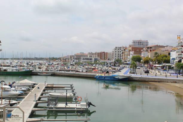 Frente al mar y puerto en L'Ampolla, España - foto de stock