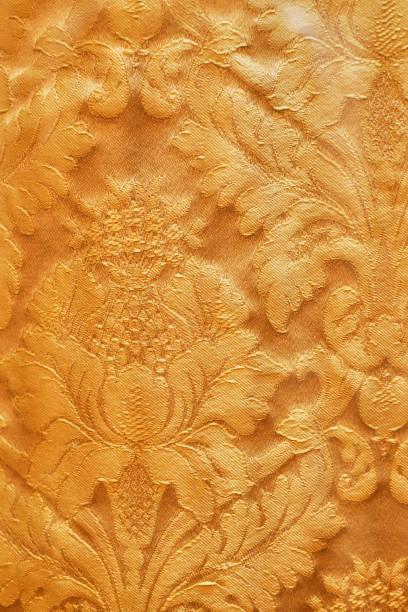modèle sans couture. or boucles texturées. dentelle de brillant, fleurs stylisées. ajourés tissage délicat, doré fond, - damas en matière textile photos et images de collection