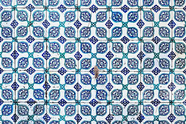 seamless pattern white turkish tiles with blue flower ornaments - türkische fliesen stock-fotos und bilder