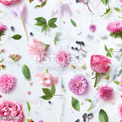 istock Seamless wallpaper pattern of pink flowers 637707930