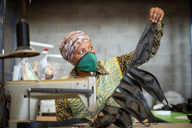 Schneiderin überprüft Gesichtsmasken – Foto