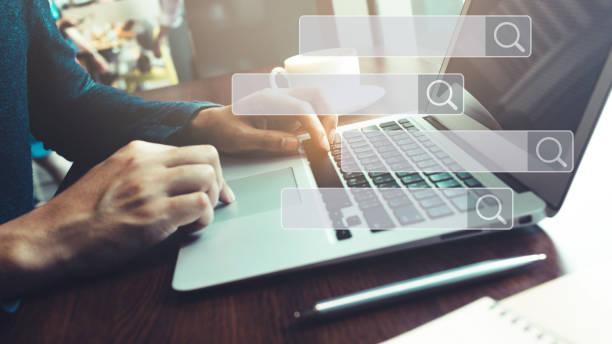 suche und big-data-konzepte mit männlicher hand mit computer-laptop in café-bar mit suchmaschinen-symbolzeichen. - sucht stock-fotos und bilder
