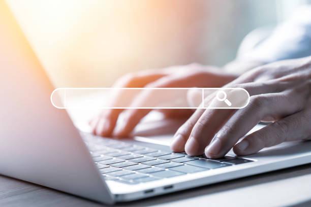 söka bläddra datainformation nätverk koncept. affärsman använder bärbar dator för att mata in sökord för sökning och hitta kunskap. - berömd plats bildbanksfoton och bilder