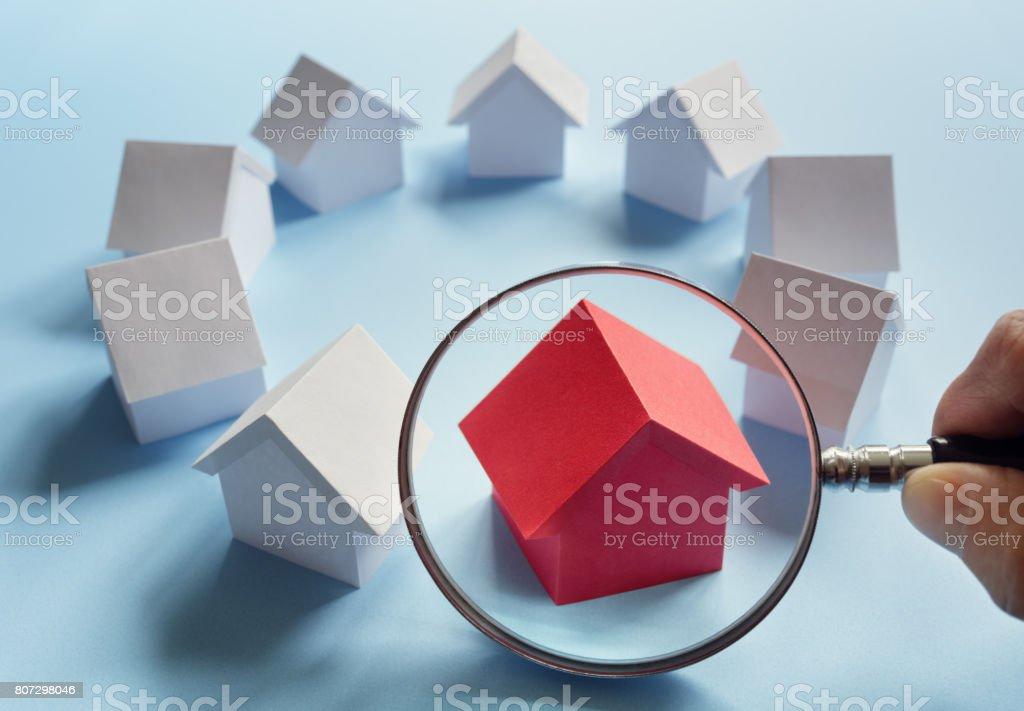 Búsqueda de bienes raíces, casa o vivienda - foto de stock
