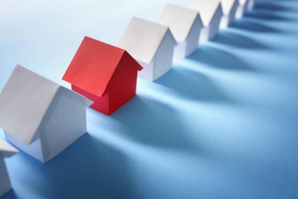 auf der suche nach immobilien, haus oder neues zuhause - hausmodell stock-fotos und bilder