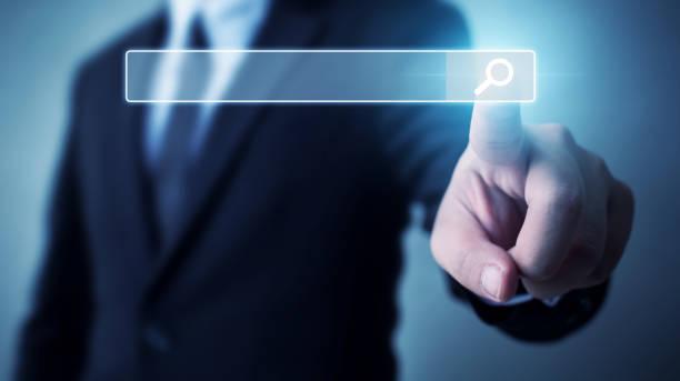 Suche nach Informationsdaten zum Internet-Netzwerkkonzept. Hand des Geschäftsmannes, der die Lupe der Icon durchsucht – Foto