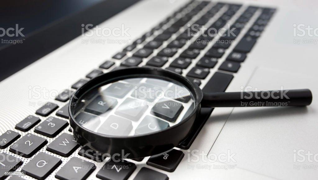 Suche auf Internet-Konzept, Lupe auf Computer-Tastatur – Foto