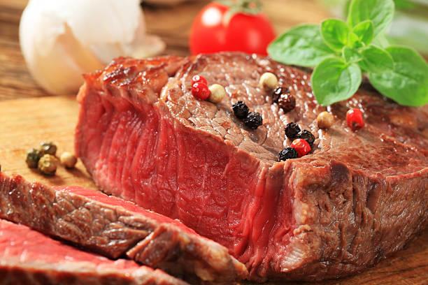 scharf angebratenes steak - steak anbraten stock-fotos und bilder