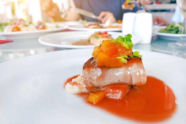 gebratene gänsestopfleber mit mango-sauce im restaurant - gänsefett stock-fotos und bilder